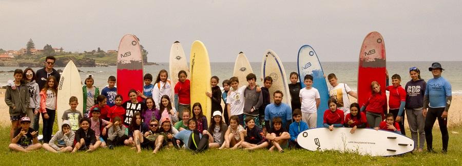 El grupo de surf dispuesto para prepararse.